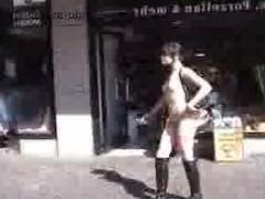 Гиг Порно 2 минуты Молодая брюнетка бесстыже ходит голышом по улицам города