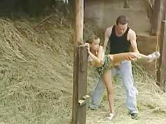 Свидание на сеновале с молодой деревенской девкой закончилось обалденным трахом