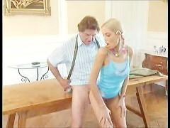 Молодая развратная блондинка не прочь потрахаться со зрелым влюбленным мужиком