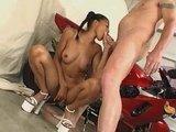 Гиг Порно  Юная азиатская порно звезда со своей мокрой хлюпающей пиздой