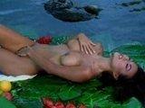 Шикарная азиатская порно манекенщица позирует вместе с плодами манго