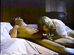 Зрелая подруга спящей жены трахается с мужем на супружеской кровати