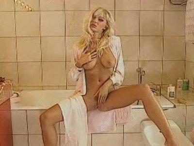 трахнул служанку пока жена в ванне мастурбирует