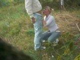 Гиг Порно голые девчонки Ненасытная парочка трахается стоя на лесной травянистой полянке