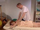 Рыжеволосая девушка перевозбудилась от мужских рук и массажа