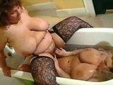 Две жирнючие и горячие дамочки резвятся в ванне как тюлени :)
