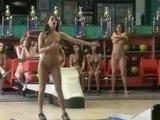 Настощие порно звезды играют в боулинг только голыми :)