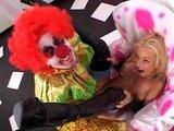 Грудастая блондиночка отдает свою попку на растерзание клоуну