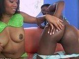 Горячие темнокожие лесбиянки целуются и вылизывают мокрые киски