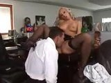 Сексуальная секретарша в чулочках скачет верхом на члене шефа