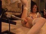 Смелая Эмма отдает свою киску и попку во власть жуткой секс-машины