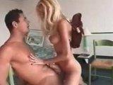 Грудастая Ники Блонд страстно скачет верхом на толстом члене