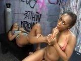 Чернокожие лесбиянки вылизывают киски и пальчики на ногах
