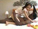 Гиг Порно Миниатюрную азиатскую девочку натягивают на огромный слонячий хер