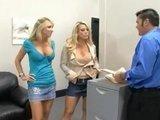 Две грудастые офисные дамочки соблазнили коллегу по цеху :)