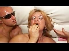 Мускулистый любовник жестоко ебет на диване зрелую немецкую домохозяйку до экстаза