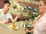 Грудастая знойная официантка готова на все ради радости клиента