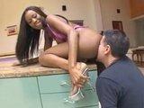 Темнокожей девушке мощно раздолбали тугую попку толстым членом