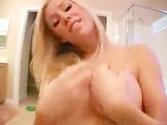 Молодая блондинка ласкает упругие сиськи перед камерой и дразнит дрочеров