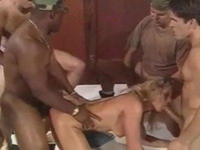 Порно стриптизерша и солдаты 4 фотография