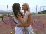 Лесбиянки Джо и Елла ни одной минуты не могут прожить друг без друна
