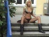 Молоденькая блондинка мастурбирует киску на заднем дворе школы