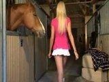 Эта сексуальная блондиночка реально неравнодушна к лошадям :)
