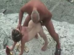 Престарелый мужчина втихую трахает молодую девушку прямо на пляже