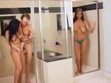 Две зрелые и грудастые красавицы на одного самца в ванной комнате