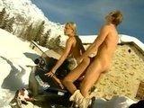 Горячий анальный секс верхом на снегоходе меж белых сугробов