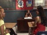 Горячее вылизывание кисок и попок прямо на учительском столе