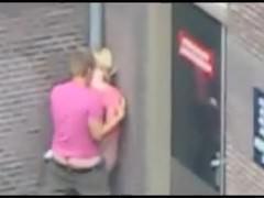 Возбужденная пара публично занимается сексом на улице стоя в углу дома в позе раком