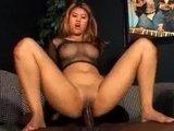 Азиатская девушка страстно скачет верхом на толстом черном члене
