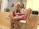 Гиг Порно  Блондинки красавицы Лена и Лола нежно и томно ласкаются на кухне