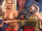 Две горячие порно актрисы наперебой удовлетворяют парня с камерой