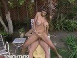 Гиг Порно Зрелая сисястая порно моделька хорошо сосет и подставляет обе дырки