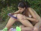Молоденькие озорные девчонки лесбиянки резвятся с двойным самотыком
