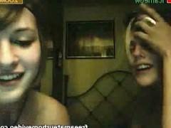 Три молодые подружки готовы устроить небольшое сексуальное представление на камеру