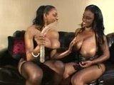 Жаркие сисястые чернокожие лесбиянки и их любимый двойной самотык