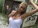 Уличная девка проститука просто делает свою работу за наличку :)