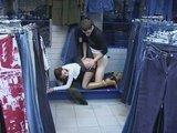 Русская девочка не смогла удержаться в джинсовом отделе магазина