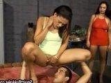 Разогретые мастурбацией тётки бурно ссутся на лицо своему рабу