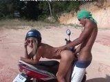 Молодая парочка приспособила мотоцикл и не только для поездок :)