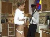 Зрелая скучающая домохозяйка неплохо развлекается с прислугой