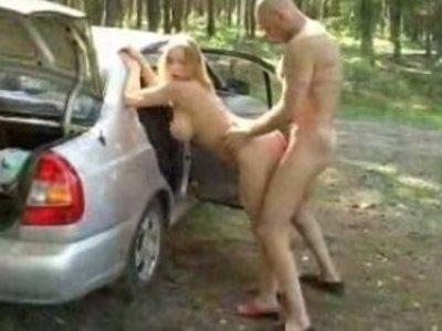 Секс в лесу на машине