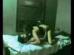 Скрытая камера сняла секс молодой индианки в постели со своим избранником