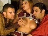 Арабская принцесса не против получить пару членов в свои мокрые дырки