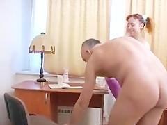 Старый репетитор заставляют молодую студентку разрешить его хую познакомиться с пиздой