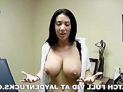 Зрелая порно звезда демонстрирует свои крупные сиськи и ласкает их