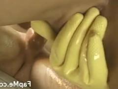 Молодая сучка надевает на руки специальные перчатки и дрочит хуй чувака до спермы